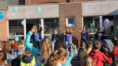 Superhelden en ballonnen aan Kachtemse schoolpoort