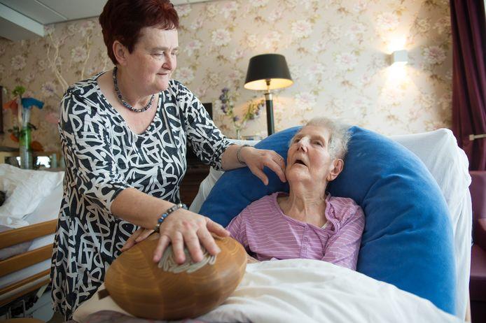 Carla Hofkens van De Volckaert in Oosterhout gebruikt de CRDL samen met mevrouw Snijders.