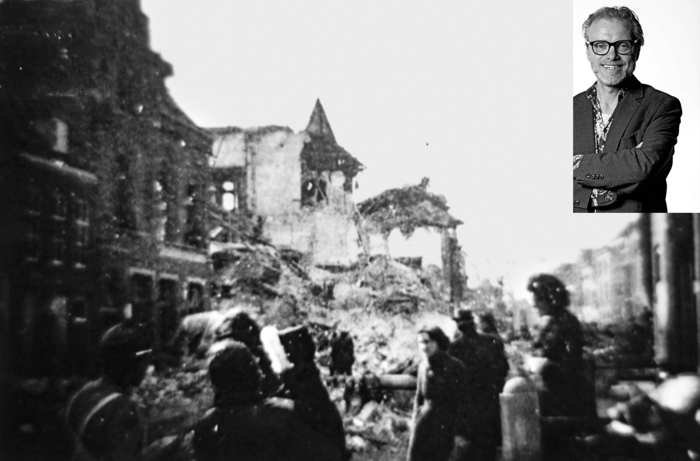 Het verwoeste Stadhuis in Heusden. Kort nadat het was opgeblazen. Links vooraan het voormalige postkantoor en de massa puin voor de Pelsestraat.