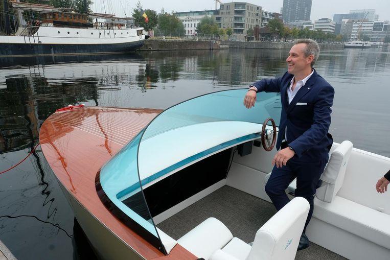CEO Dirk De Munter van Liso in een elektrisch jacht.