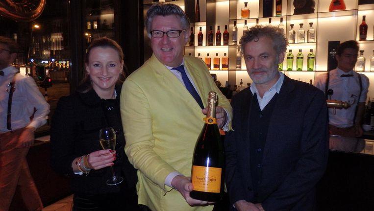Eerste gast Floris Kappelle met advocaat Eefje van Bommel (l) en Louis de Sevaux (r) van DAY. Kappelle: 'Eefje is niet mijn partner, maar ik vind haar wél heel leuk' Beeld Schuim