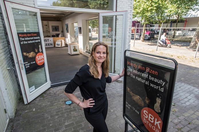 breda-foto : ron magielse Ruth de Vos, vestigingsmanager van de Stichting Bredase Kunstuitleen (SBK) in Belcrum.