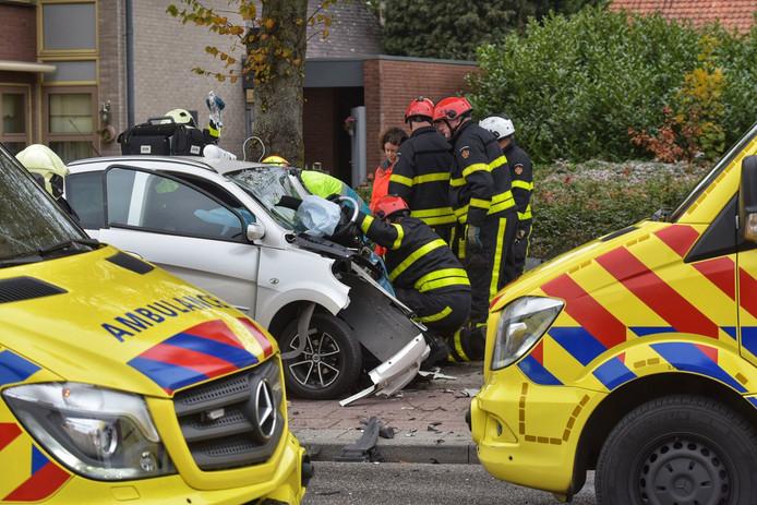 Twee zwaargewonden na botsing tussen auto en brommobiel.