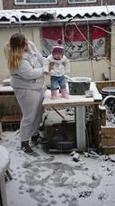En dit kleine meisje ziet voor het eerst in haar leven sneeuw!