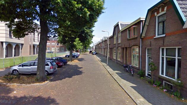 De Smyrnastraat in Deventer. Links de moskee waar vorige maand brand woedde.