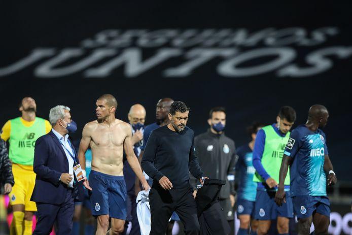 Pepe en trainer Sergio Conceicao verlaten het veld na de nederlaag in en tegen Famalicão.