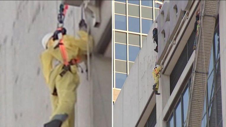 bouwvakkers hangen halfuur aan 17de verdieping van gebouw nadat steiger valt.