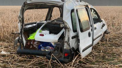 Bestelwagen belandt in veld na botsing op E40:  twee inzittenden gewond