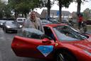 Welzijnsmedewerker Carine van Ewijk heeft dubbel geluk: er stopt speciaal voor haar een Ferrari, die ook nog eens de juiste kleur heeft