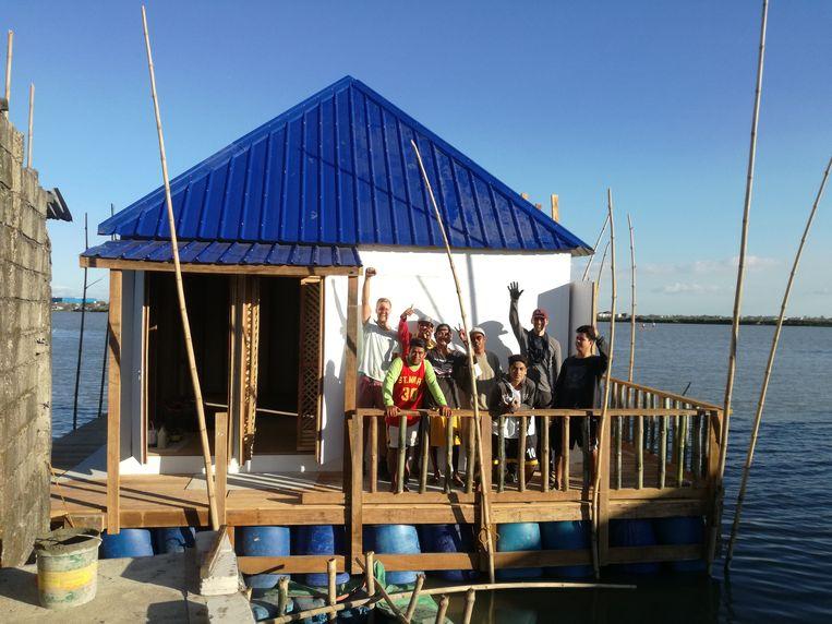Het drijvend huis in de baai van Manilla.  Beeld *