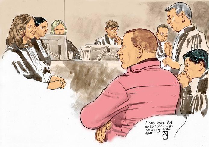 Verdachte Leon van M. voor de rechtbank. Rechts van hem (staand) zijn advocaat Pieter Hoogendam.