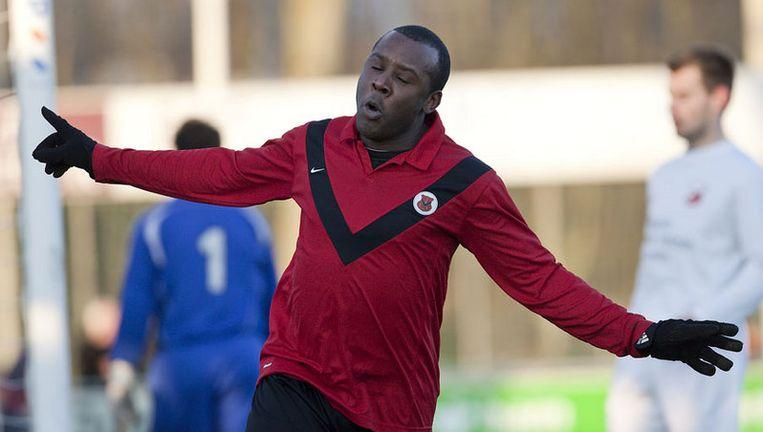 Steve Kenepa van AFC viert zijn doelpunt. Foto Marcel Israel Beeld