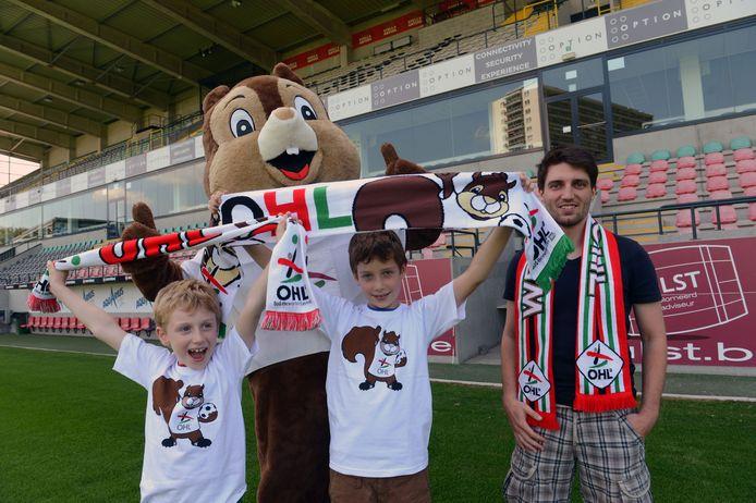 Roel Vanolmen met enkele jeudige fans van OHL en clubmascotte Lionel.