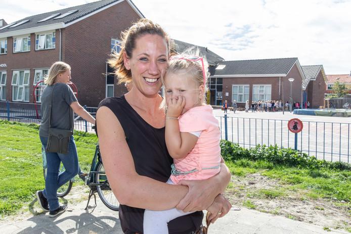 """Daniëlle Riemens met dochter Evi: ,,Ik vind het terecht dat de basisschoolleerkrachten willen dat het loon gelijkgetrokken wordt met het voortgezet onderwijs."""""""