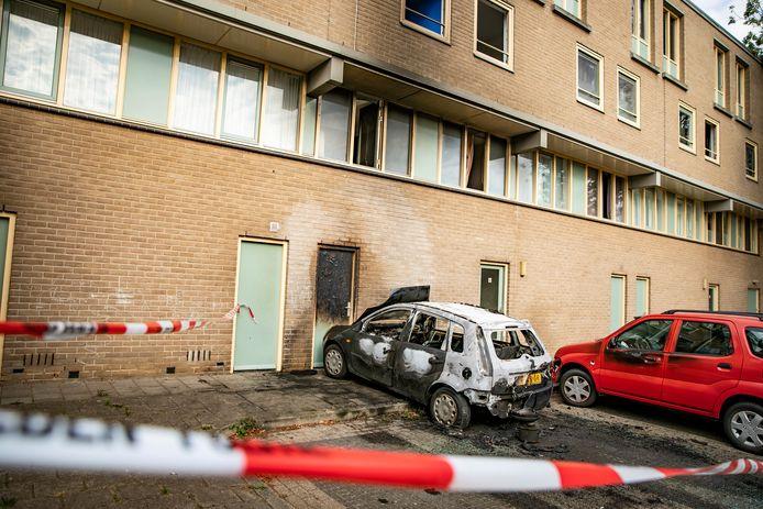 De uitgebrande auto bij het appartementencomplex aan de Baakhovenstraat in Arnhem.