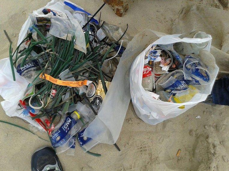 Dagen na Beachland hebben vrijwilligers nog steeds zakken vol plastic bandjes en bekers gevuld.
