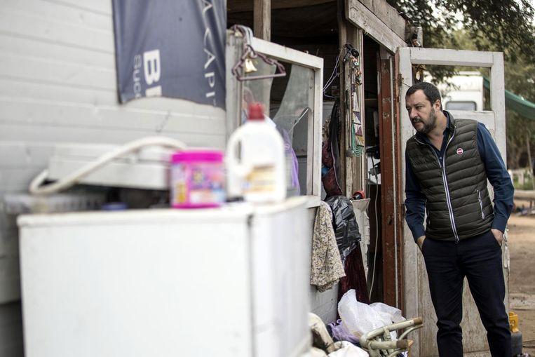 Salvini bezoekt een Roma kamp, een etnische groep waar hij eerder deze week controversiële uitspraken over maakte. Beeld ANP