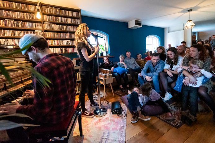 Een speciaal optreden van Nona uit Odiliapeel in de woonkamer van Tjeerd Zwinkels en Sanne Drenth.