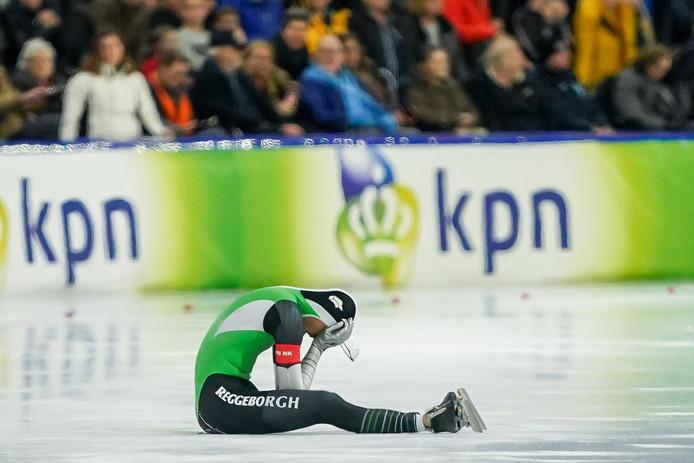 Ronald Mulder zit op het ijs na zijn val op de 500 meter.