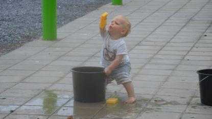Kinderen doen (bescheiden) waterspelletjes aan spelotheek