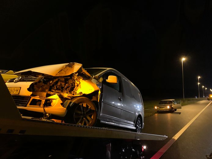 Een van de betrokken voertuigen raakte flink beschadigd.