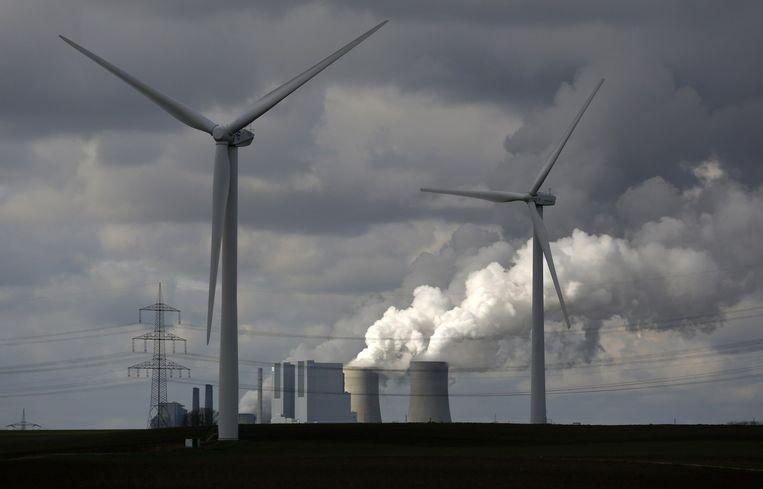 Windturbines voor een kolencentrale van RWE bij het Duitse dorp Neurath. Beeld Reuters