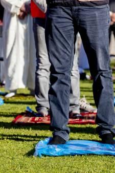 Vrijdaggebed in Cuijk tijdens Offerfeest ook buiten de moskee: 'Gezondheid eerst, dan het geloof'