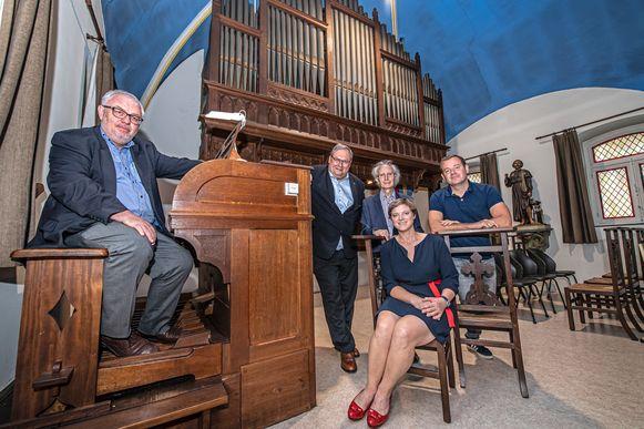 Eric Hallein, schepen Dirk Lievens, Willy Desmet van het koninklijk Sint-Gregoriuskoor, Isabelle Vermeersch en cultuurbeleidscoördinator Stijn De Zaeytijd bij het orgel in de kapel van de Grauwe Zusters.