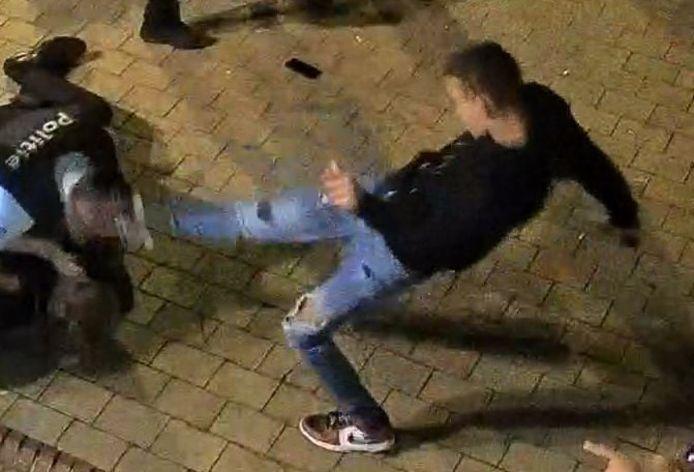 La police est, par ailleurs, toujours à la recherche d'un jeune homme qui avait donné un coup de pied à un inspecteur de police