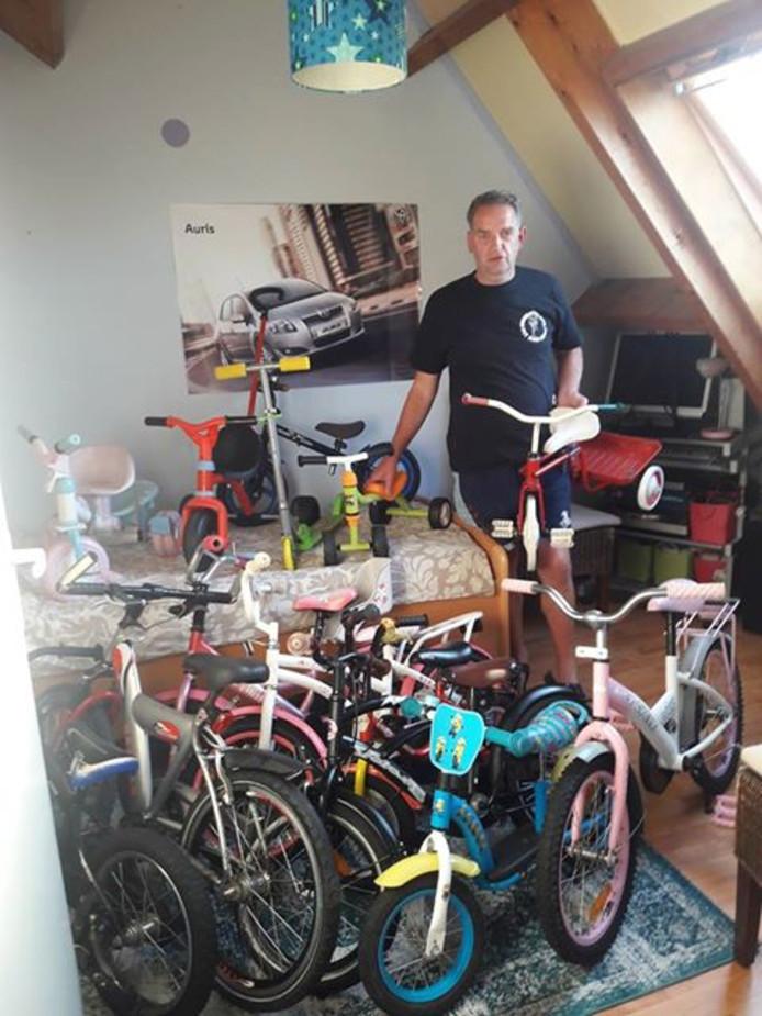 Alphenaar Jan Kooijman lapt sinds vorig jaar tweedehands kinderfietsen op om ze vervolgens weer uit te delen aan kinderen van ouders die daar geen geld voor hebben. De fietsen stallen en repareren doet hij in zijn eigen huis.