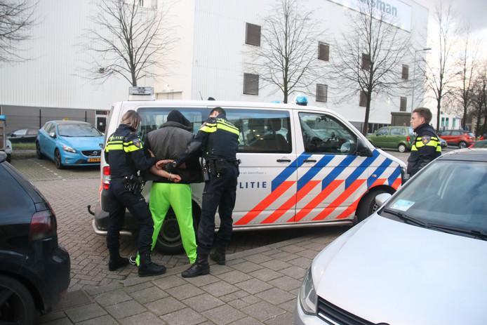 De automobilist uit Goudswaard is aangehouden, nadat hij zou hebben geprobeerd in te rijden op een brandweerman in Schiedam.