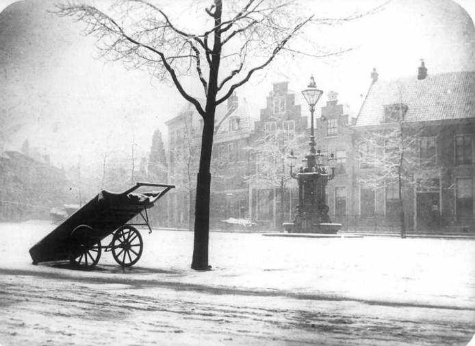 De Neude in 1905, met de ingang van de Rijksmunt rechtsachter. De pomp verdween in 1932.