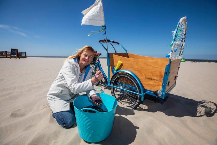 Bianca Tiegelaar op het strand bij Monster. Archieffoto.