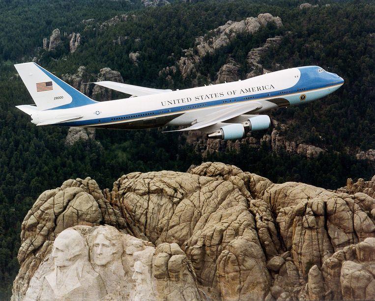 De Air Force One vliegt over Mount Rushmore, het monument in South Dakota met de granieten portretten van vier Amerikaanse presidenten. Beeld Boeing