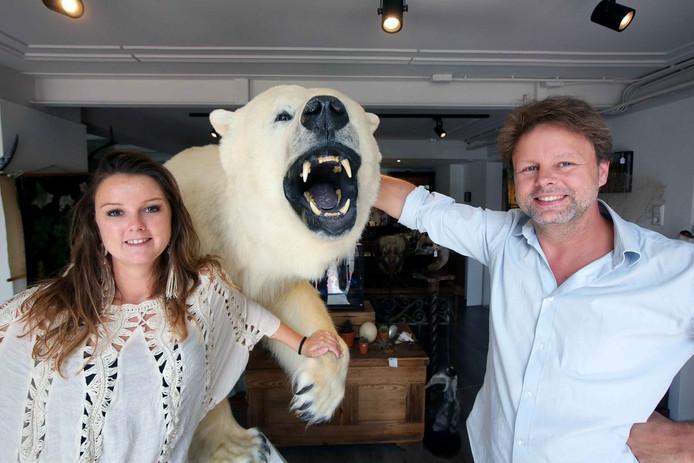 Erwin van Zoelen en Nicolette Naphausen van de Museumwinkel in Nijmegen.