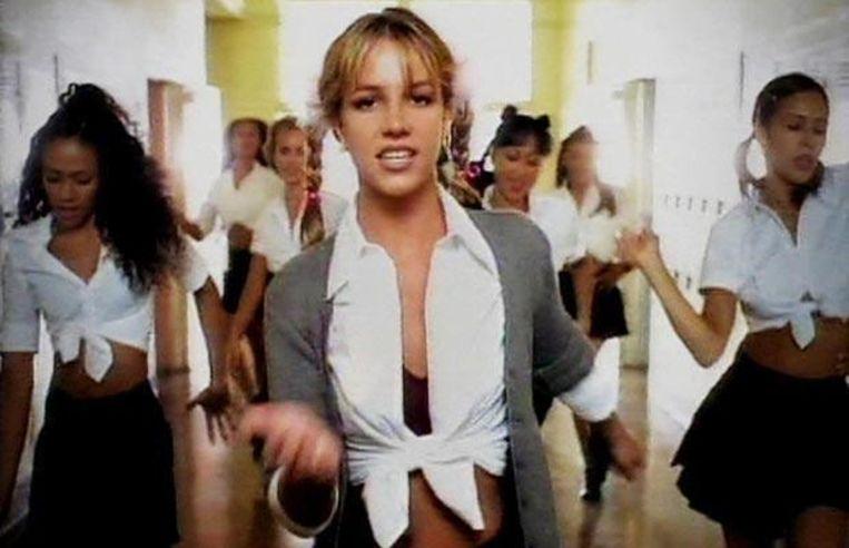 De 17-jarige Britney Spears kreeg heel wat kritiek toen ze in een sexy schooluniform danste in de clip van '...Baby One More Time'.