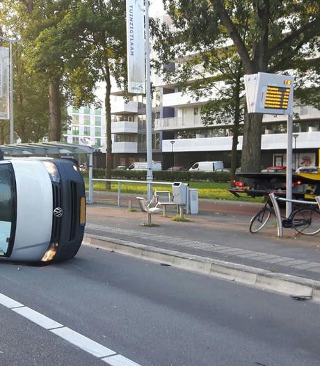 Auto en busje botsen op Ettensebaan in Breda