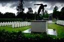 Oorlogsgraven, met op de achtergrond de aula.