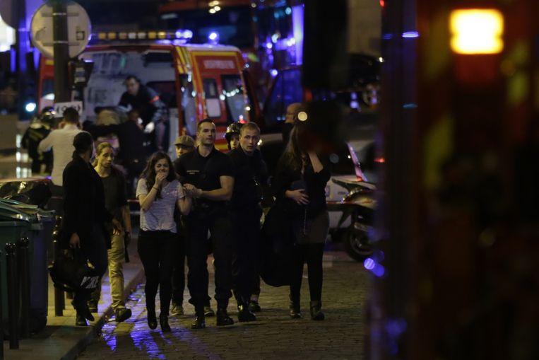 Mensen worden geëvacueerd na de aanslag op Bataclan tijdens het concert van de Eagles of Death Metal. Beeld afp