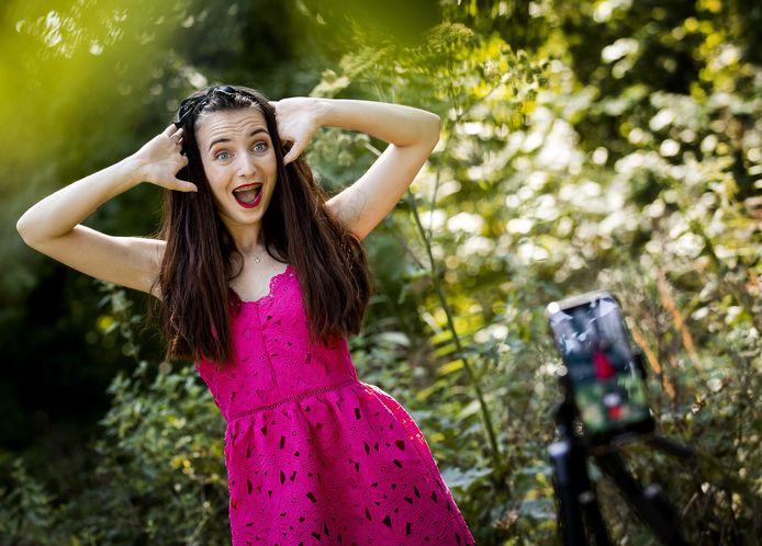 Sara Dol tijdens het filmen van een TikTok-video. De TikTokker heeft 2.5 miljoen volgers op de populaire videoapp.