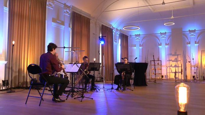 Het Anemos Saxofoonkwartet tijdens de 'Balzaalsessies' zondag in de balzaal in de gerestaureerde Liberale Kring.