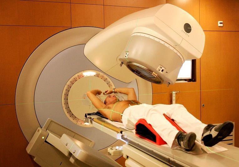 Een kankerpatiënt wordt bestraald in het Antoni van Leeuwenhoek Ziekenhuis.  Beeld Lex van Lieshout, ANP