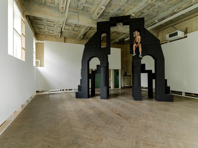 Gentenaar Conrad Willems bouwt sculpturen met blokken.
