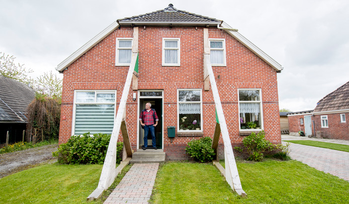 Een bewoner van Loppersum voor zijn beschadigde woning