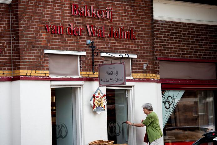 Aan de Koninginnelaan - in 1906 nog de Zwolscheweg geheten - begon het allemaal voor Bakkerij Van der Wal Jolink.  Nu is de bakkerijketen failliet.