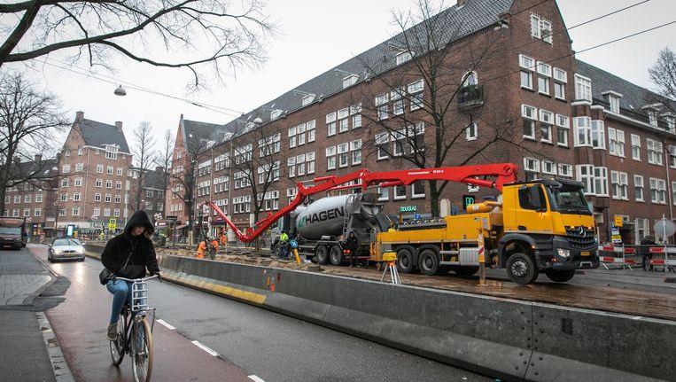 De Beethovenstraat is door werkzaamheden aan de tramrails horizontaal in tweeën gesplitst Beeld Dingena Mol