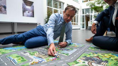 De Wever voelt zich even weer kind: Antwerpen krijgt als eerste in Vlaanderen zijn eigen speelmat