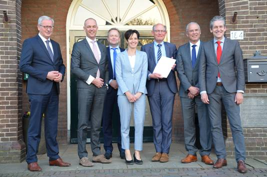 De ondertekenaars van het akkoord over de kavelruil bij Achterberg