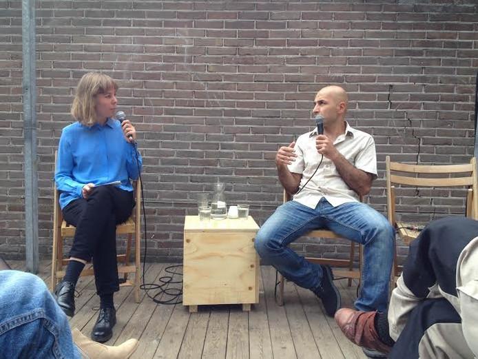 Ahmad Naïm Motlagh (rechts) in gesprek met Emke Idema in het Josephkwartier