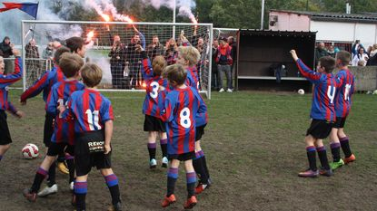 Tienjarigen voetballen in ware Champions League-sfeer